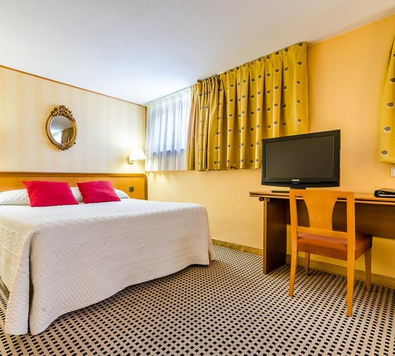 The triple rooms at the Sercotel Horus Salamanca Hotel are ...