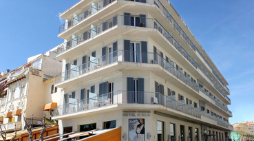 The Sercotel Subur Hotel is a beach hotel in Sitges located on the sea promenade, only 500 metres from the train station, where you can take the train directly to Barcelona and other places of interest.