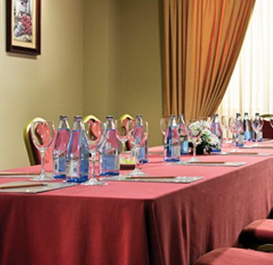 The hotel offers rooms for meetings, banquets and conventions