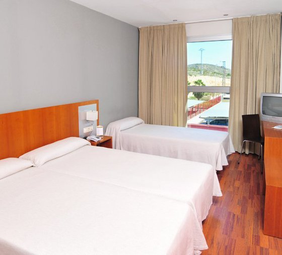 The  AG Express Elche  has double rooms for family use ...