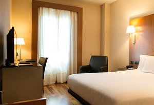 This hotel close to Madrid has 40 double rooms of ...