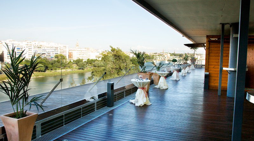 The hotel Ribera de Triana is located in the neighbourhood of Triana in Seville, offering a magnificent view of the river Guadalquivir and the historic town of Seville at only 1Km distance from the city centre.