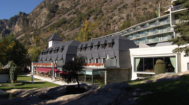 The Andorra Park hotel is a luxurious  hotel in Andorra la Vella  created to offer its guests a comfortable and pleasant stay, whether you are in business guest or tourist. Our hotel offer you services you should need, from a delicious buffet to different types of activities you can do in Andorra. You will be able to enjoy its strategic location in the center of the Andorra La Vella next to the Pyrénées shopping center and a few minutes walk from Caldea. The hotel offers free transport services to the ski resorts of Vallnord and Grandvalira. Thanks to its perfect location in the commercial area you will have everything at your fingertips to make your stay perfect and unforgettable. For you to have a special experience with the city Sercotel Hotels offers different types of activities so that you can enjoy them during your stay.