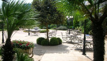 Views of the Ciscar Hotel's garden in Picanya