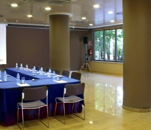 A function room with 150 m² and a 2.80-high ...