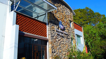 Enjoy an excellent business trip or vacation; discover a city as beautiful as it is lively and experience a privileged stay at a 4-star hotel in Bogotá. The Casa Gaitán Cortés Hotel by Sercotel is a hotel which offers tailor-made service and elegant facilities. It is located in the G Zone of the city, only a few yards away from the financial district on Avenida de Chile, making it ideal for enjoying unforgettable experiences during your business trips. 
