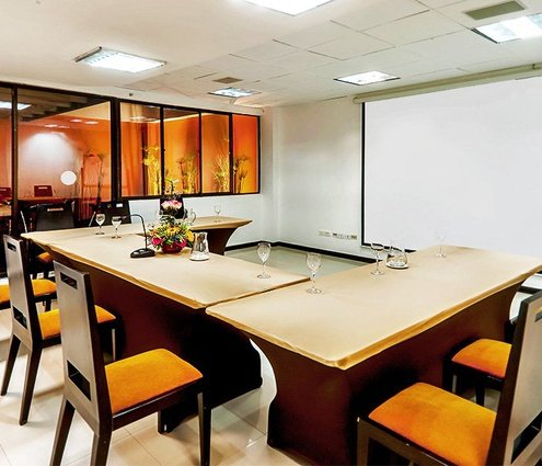 The Boardroom at Sercotel Richmond Suites has natural daylight. The ...