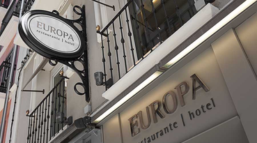 Welcome to the Sercotel Europa Restaurant Hotel, an emblematic establishment located in the beautiful city of Pamplona. The hotel has a privileged location in the historic centre, near Castillo Square and Estafeta street, nucleus of the famous festivities of San Fermin, and near the main avenue from where to contemplate the bull-runnings. 