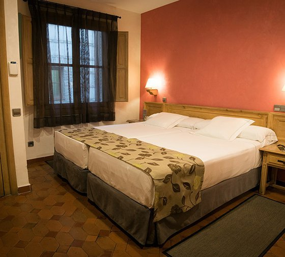 The 32 standard rooms available have a traditional Castilian-type décor ...
