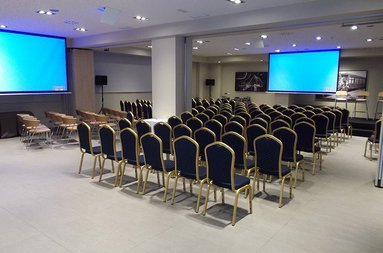 The meeting rooms are completely equipped. They are ideal for ...