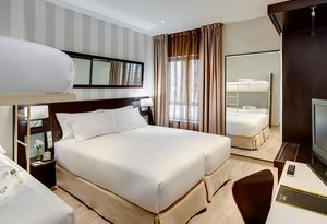 The triple rooms of the Sercotel Madrid Aeropuerto are the ...