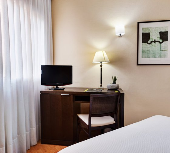 This hotel in Tudela features 34 twin rooms equipped with ...